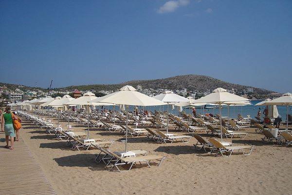 Club de playa y restaurante en playa cercana a Atenas