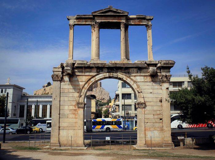 Arco de Adriano con la Acropropolis de Atenas de fondo
